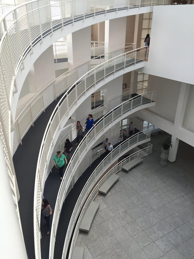 Alto museo de arte interior foto de archivo