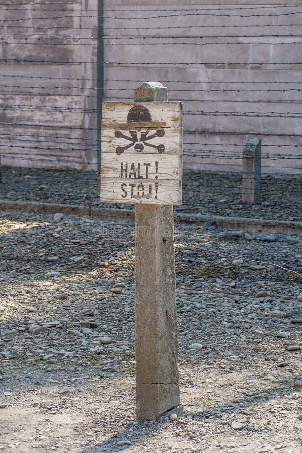 ¡Alto nazi del ` del ` s! posts de muestra del ` en campo de concentración de Auschwitz polonia imagenes de archivo