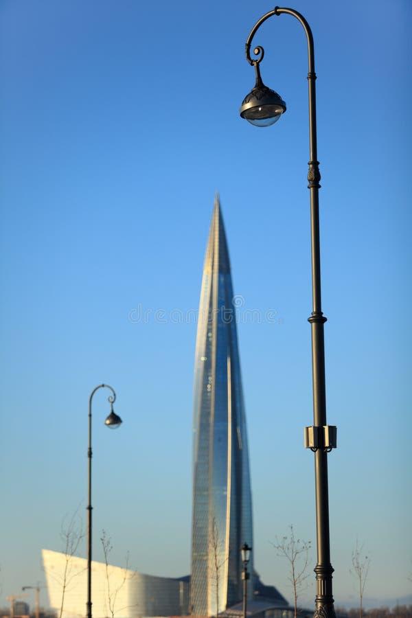 Alto palo della luce sui precedenti di un grattacielo fotografie stock libere da diritti