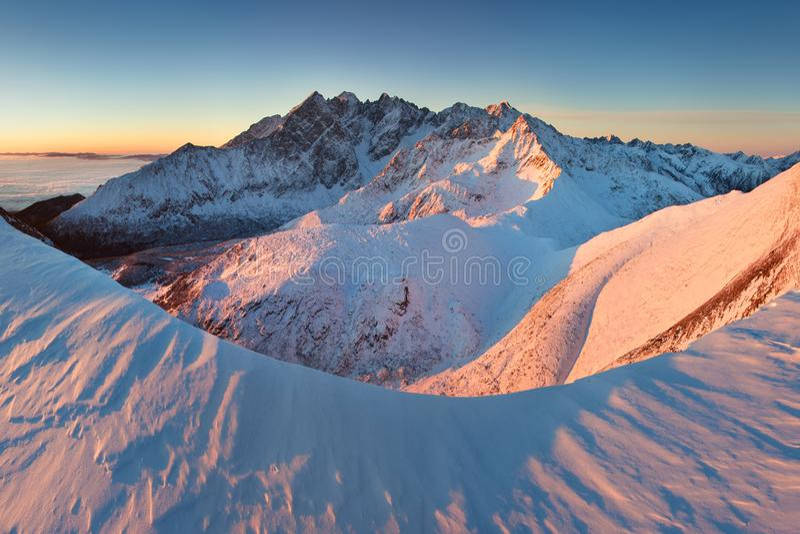 Alto panorama de la cordillera de Tatras del invierno con muchos picos y cielo claro de Belian Tatras Día soleado encima de las m imágenes de archivo libres de regalías