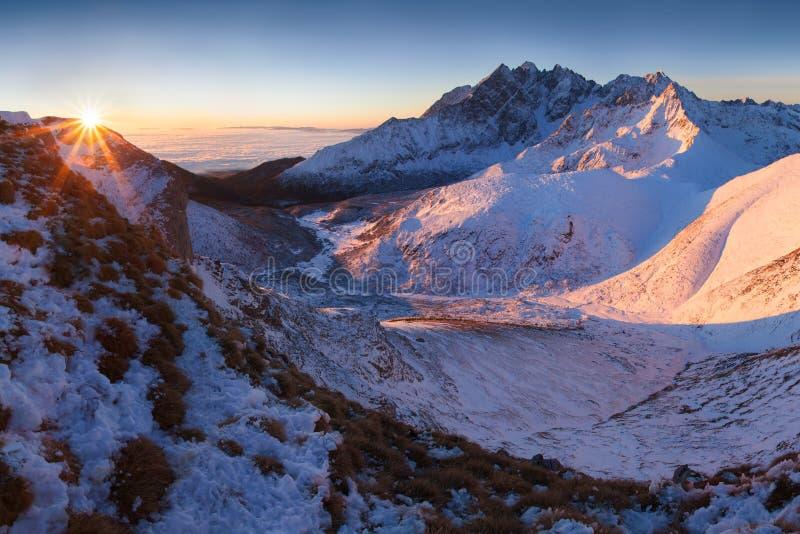 Alto panorama de la cordillera de Tatras del invierno con muchos picos y cielo claro de Belian Tatras Día soleado encima de las m imagen de archivo libre de regalías