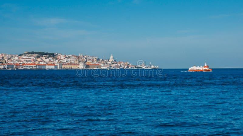 Alto panorama di prospettiva di vecchio centro urbano di Lisbona, vista da Almada, Portogallo con l'incrocio del traghetto immagini stock libere da diritti