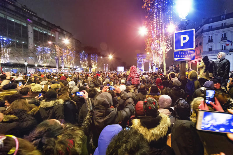 Alto para arriba para la cuenta del Año Nuevo de París abajo fotos de archivo