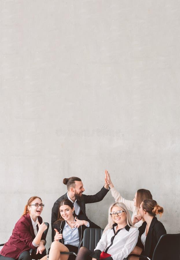 Alto pollice cinque sul gruppo di affari celebrare successo immagini stock libere da diritti