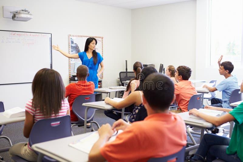 Alto profesor de escuela de sexo femenino Taking Class foto de archivo