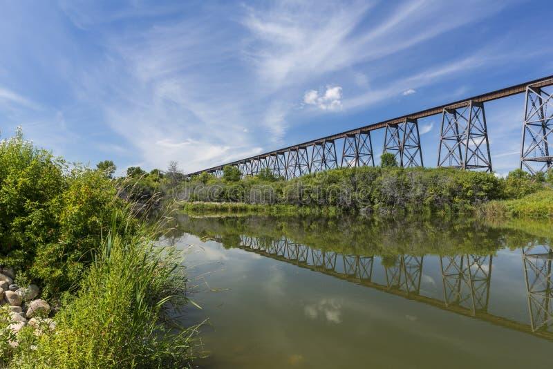 Alto puente del ferrocarril imagen de archivo