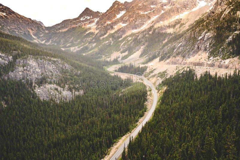 Alto punto de vista del camino apartado escénico de las cascadas del norte en Washington State en un día cubierto Vista del camin foto de archivo libre de regalías