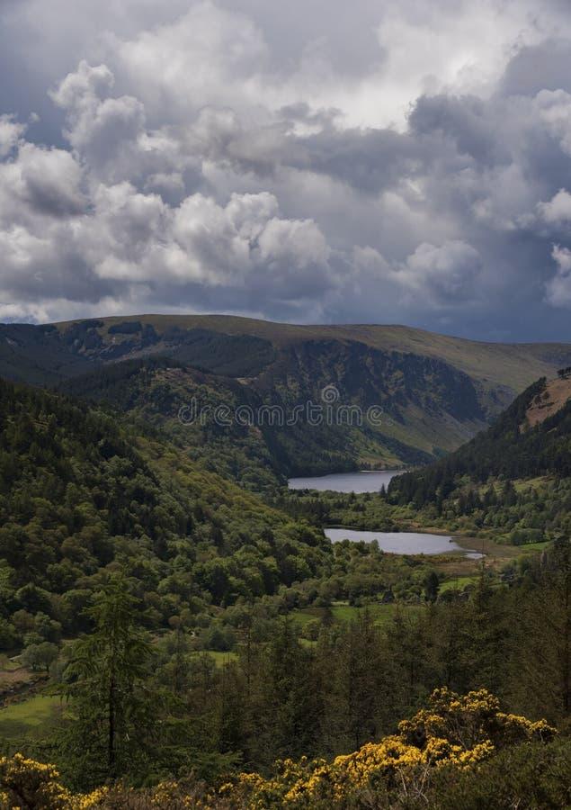 Alto punto de vista sobre los lagos Glendalough y monasterio antiguo foto de archivo