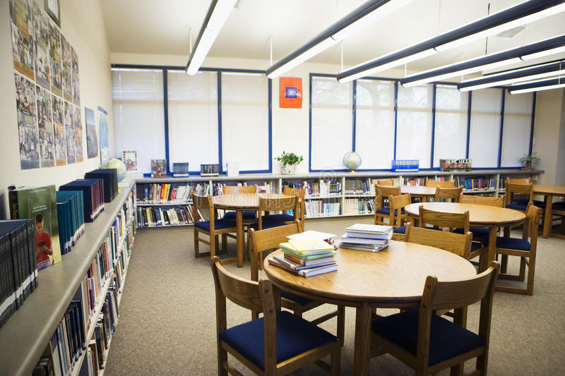 Alto sitio de lectura de la biblioteca escolar fotos de archivo libres de regalías