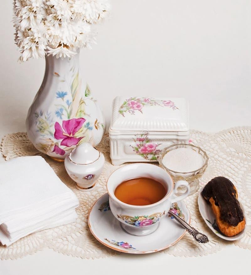 Alto tè inglese con la torta fotografia stock libera da diritti