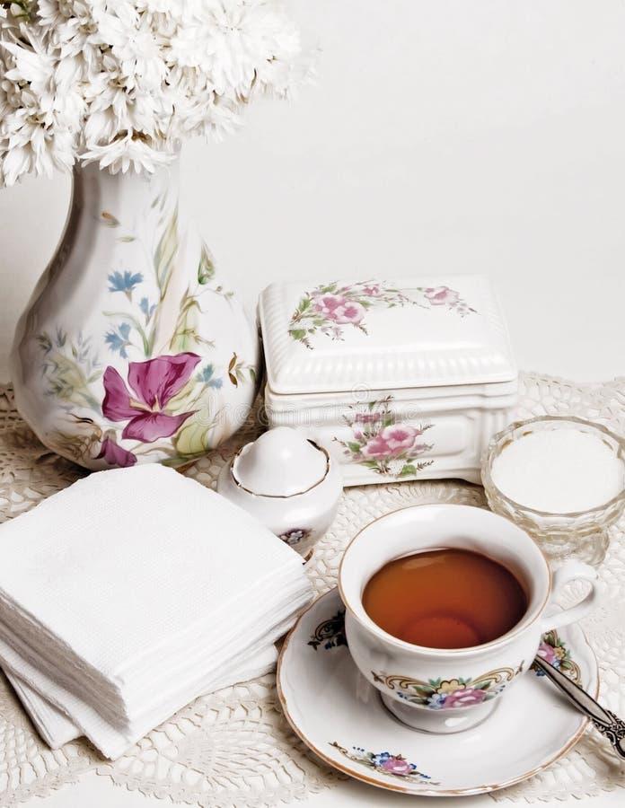 Alto tè inglese con la torta immagini stock libere da diritti