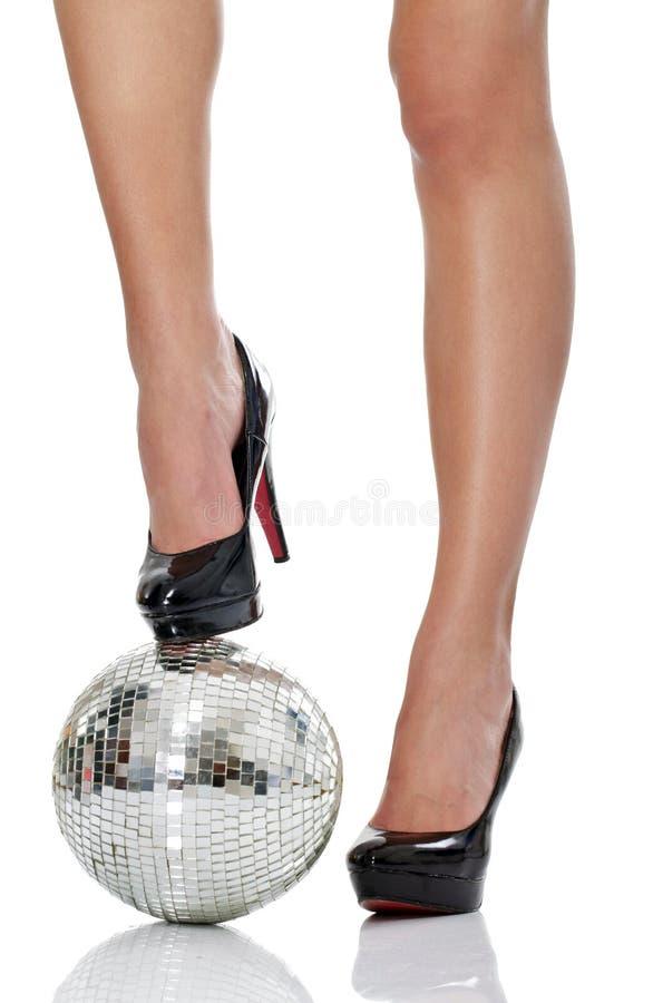 Alto tallone con la sfera della discoteca fotografia stock libera da diritti