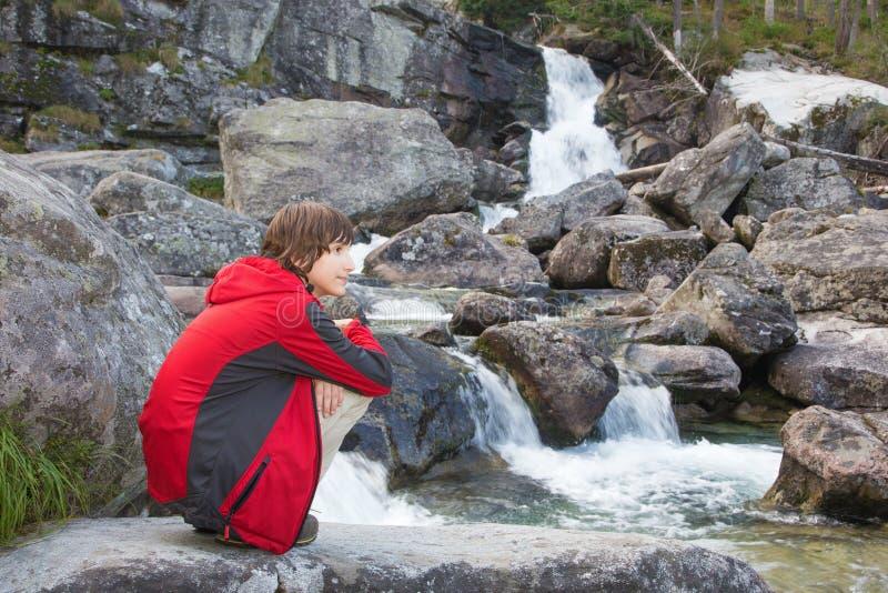 Alto Tatras - cascate e ragazza di Studenovodske fotografia stock libera da diritti