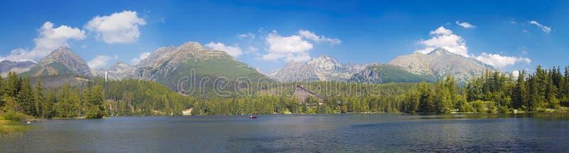 Alto Tatras - il panorama del lago strbske Pleso immagini stock