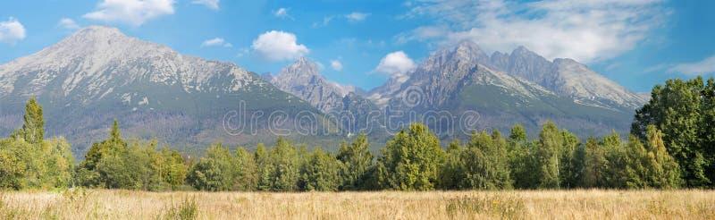 Alto Tatras - panorama con i picchi di Lomnicy, di Slavkovsky e di Kezmarsky immagine stock libera da diritti