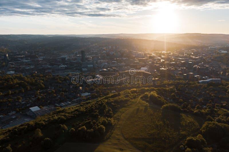 Alto tiro aéreo de Sheffield City Centre en la puesta del sol foto de archivo libre de regalías