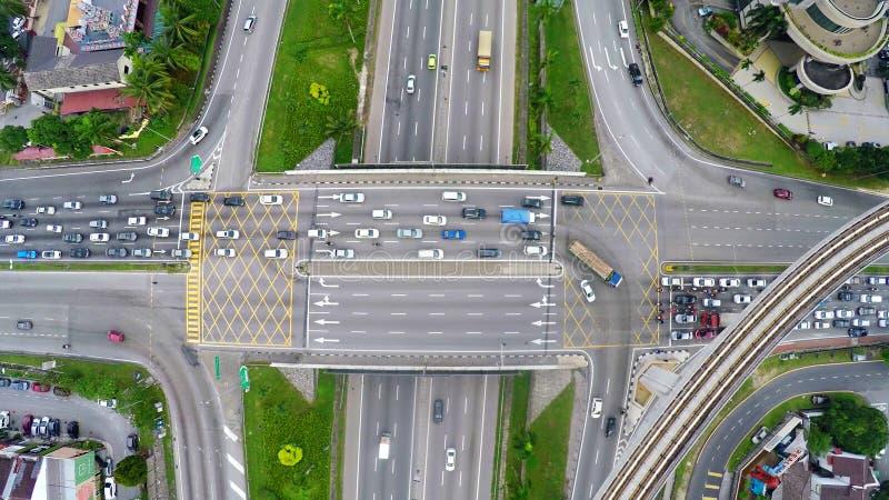 Alto tráfico en la intersección acodada multi de la carretera en Subang Jaya, Kuala Lumpur fotografía de archivo libre de regalías