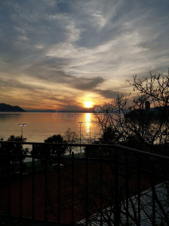 Alto tramonto di definizione sopra il lago Lemano in Svizzera fotografia stock libera da diritti