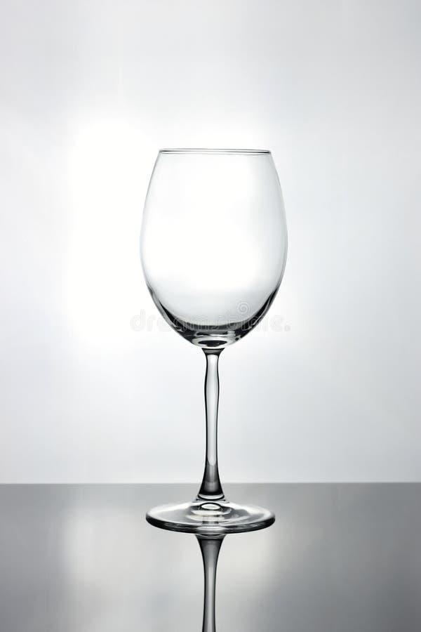 Alto vacie la copa de vino curvada con un tronco fino alto imagen de archivo