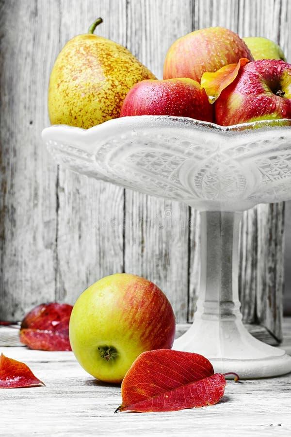 Alto vaso con le mele immagini stock libere da diritti