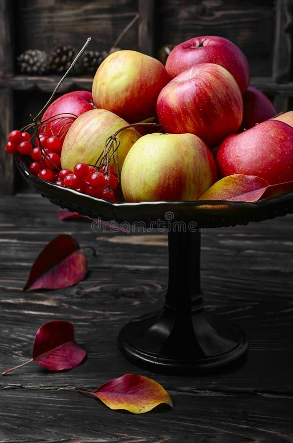 Alto vaso con le mele fotografie stock