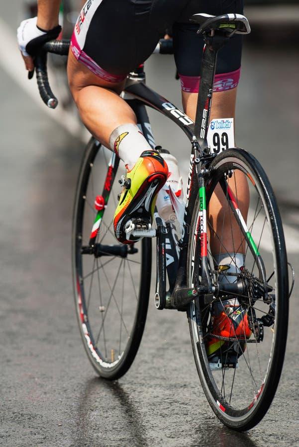 Alto vicino del ciclista immagine stock libera da diritti