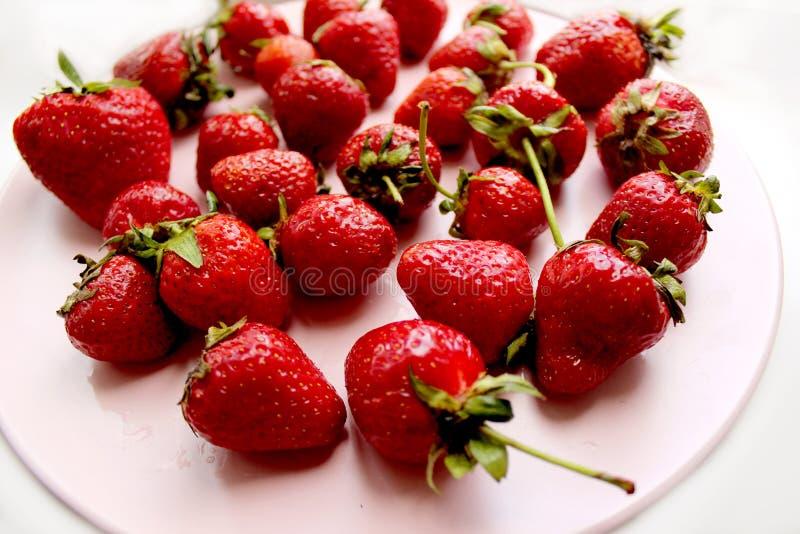 Alto vicino della fragola Le bacche rosse della vitamina fresca sono a dieta l'alimento saporito dell'estate vegetariana fotografia stock