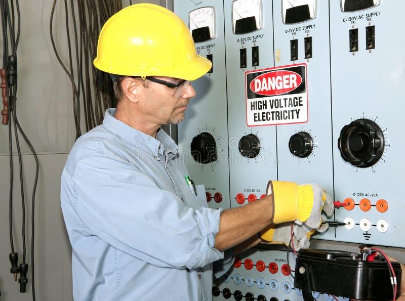 Alto voltaje del electricista imagen de archivo libre de regalías
