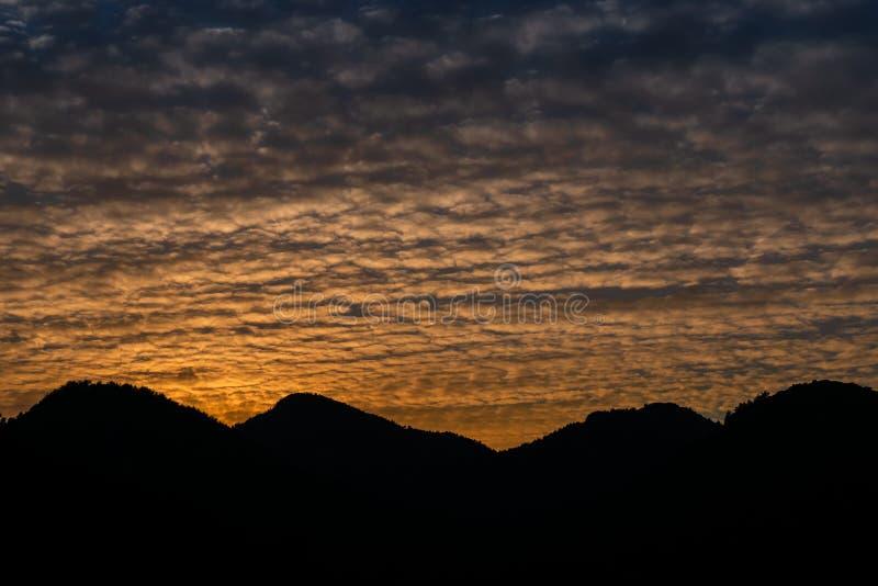 Altocumuluswolken und Sonnenunterganghimmellandschaft auf Schattenbildbergen Marmaris, die T?rkei lizenzfreie stockbilder