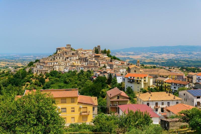 Altomonte stad och dess omgivning, Italien arkivfoto