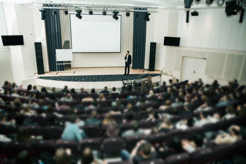 Altoparlante all'incontro di affari ed alla presentazione Pubblico la sala per conferenze fotografia stock