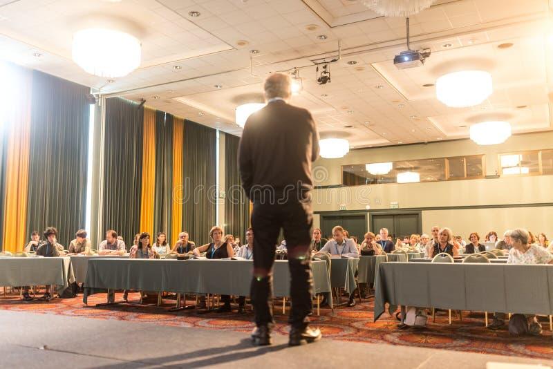 Altoparlante che presenta un esposto sulla conferenza scientifica fotografia stock libera da diritti