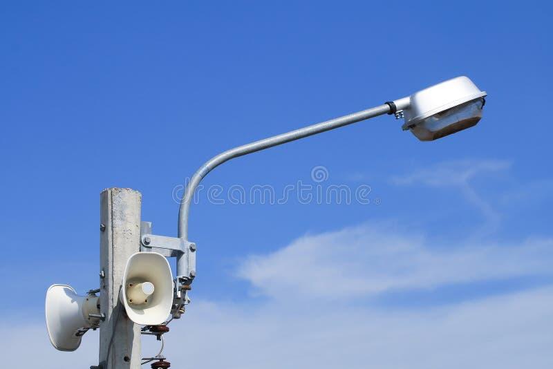 Altoparlante con le lampade di via sul palo elettrico fotografia stock