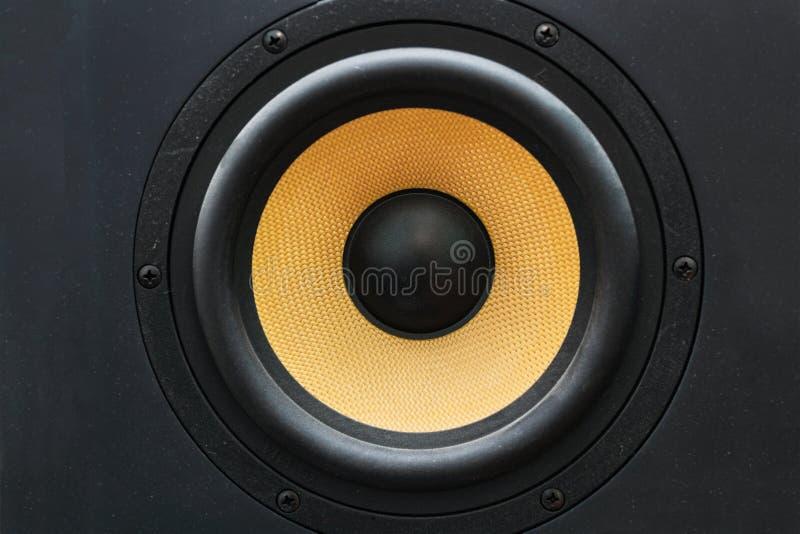 Altoparlante dell'altoparlante con il diffusore giallo fotografia stock