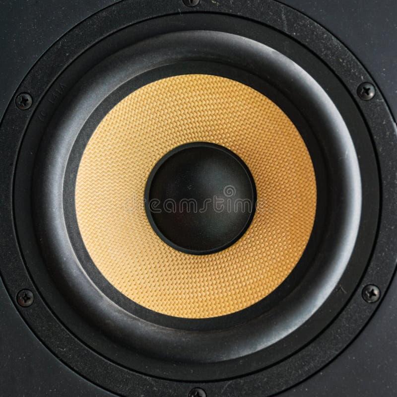 Altoparlante dell'altoparlante con il diffusore giallo immagine stock libera da diritti