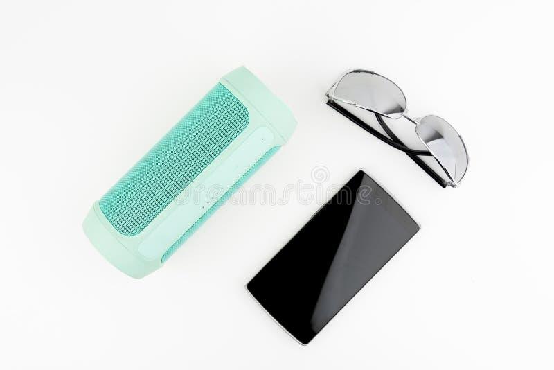 Altoparlante portatile con i vetri di Sun e Smartphone nero fotografia stock libera da diritti