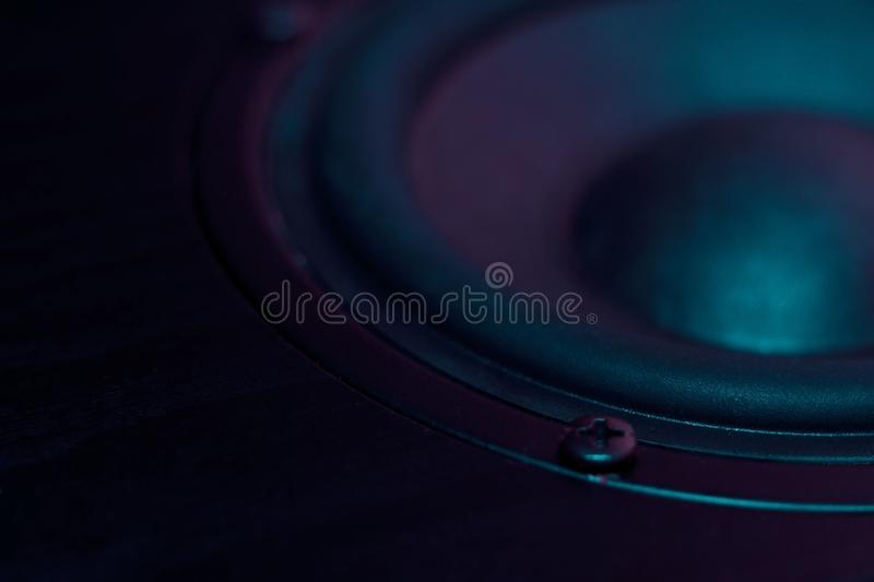 Altoparlante professionale dal sistema acustico nei colori porpora Altoparlante per basse frequenze ed altoparlante dei midbass s fotografia stock libera da diritti