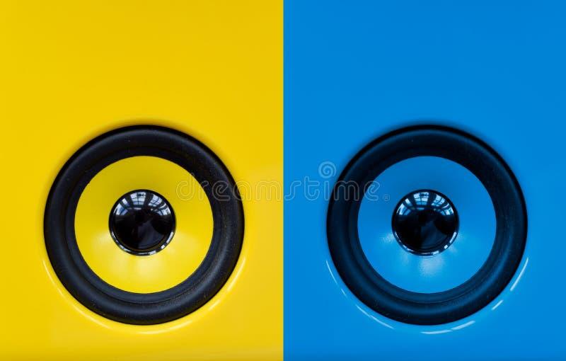Altoparlanti blu e gialli luminosi per il gioco della musica rumorosa del partito di ballo, oggetti astratti moderni fotografia stock libera da diritti