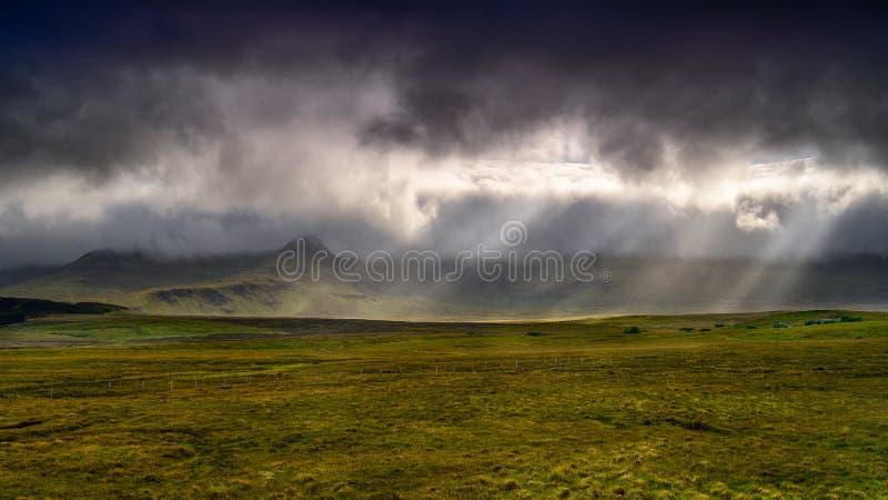 Altopiani del paesaggio della Scozia, raggio del sole dopo la tempesta in isola di Skye fotografie stock