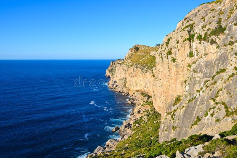Altos acantilados costeros y mar azul profundo fotos de archivo