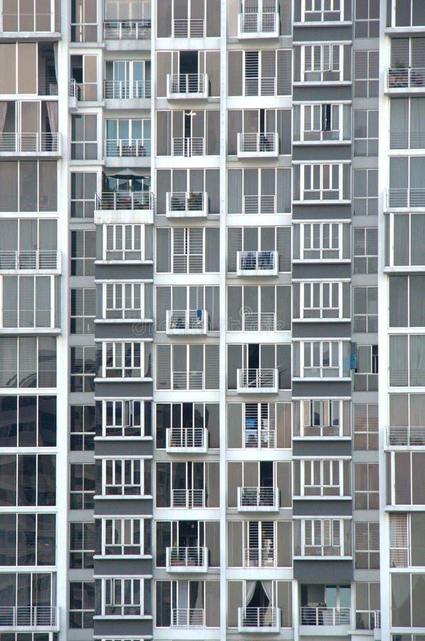 Altos apartamentos de la subida imágenes de archivo libres de regalías