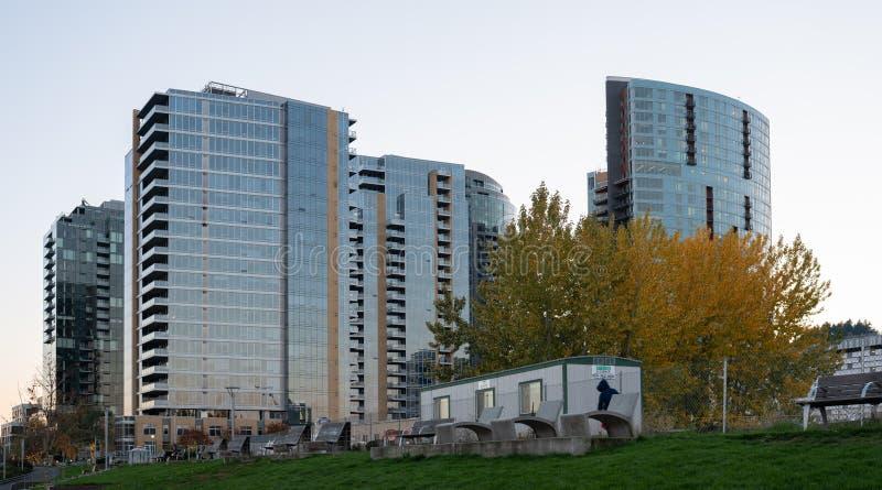 Altos complejos de apartamentos nuevamente construidos de la subida de la costa fotografía de archivo libre de regalías