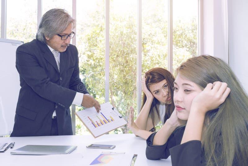 Altos directivos que piensan y que hacen frente con a trabajo en equipo del negocio imagen de archivo libre de regalías