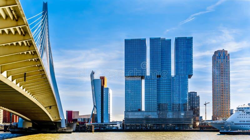 Altos edificios modernos de la subida con Erasmus Bridge Cable-permanecido sobre el río de Nieuwe Mosa en Rotterdam imagen de archivo libre de regalías
