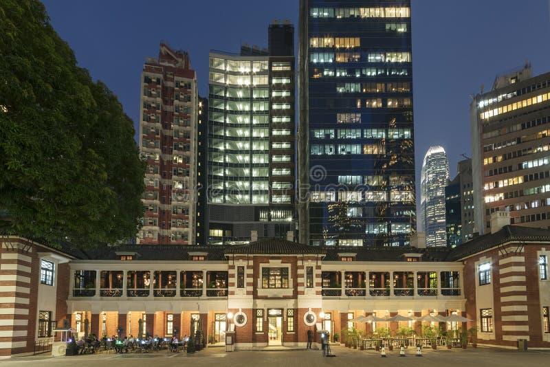 Altos edificios viejos y modernos de la subida en la ciudad de Hong Kong imagenes de archivo