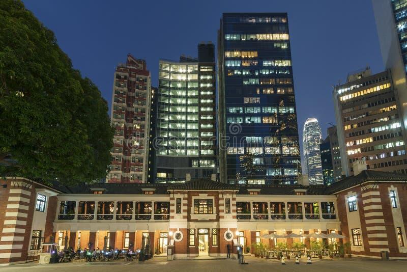 Altos edificios viejos y modernos de la subida en Hong Kong imágenes de archivo libres de regalías