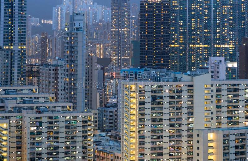 Altos edificios y luces de la subida fotos de archivo