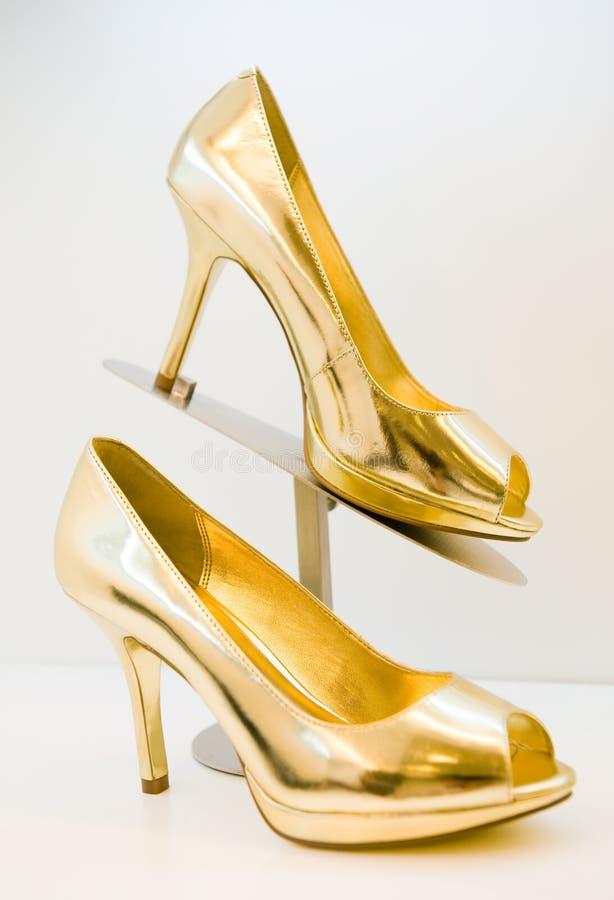 Altos talones del estilete de oro imágenes de archivo libres de regalías