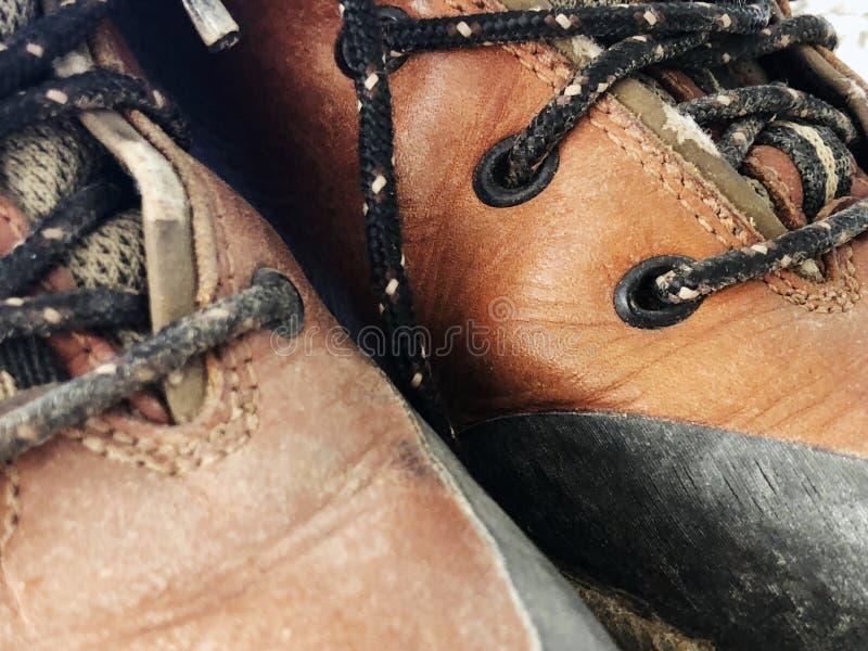 Altos zapatos sucios rojos viejos Botas gastadas del vintage de la escuela vieja imágenes de archivo libres de regalías