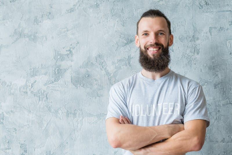 Altruísmo voluntário da participação do sorriso do t-shirt do homem fotografia de stock royalty free